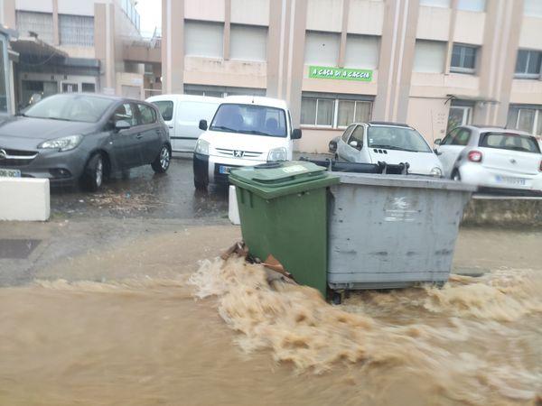 L'eau a également envahi les rues du quartier de Pietralba à Ajaccio.