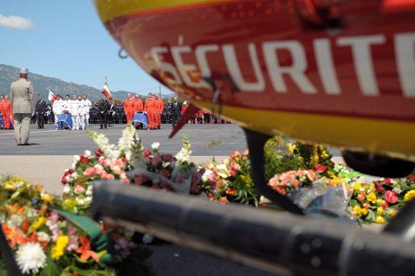 Archives - Cérémonie d'hommage national sur le tarmac de l'aéroport de Bastia, le 30 avril 2009 après le crash de l'hélicoptère de la Sécurité Civile Dragon 2b, avec 5 personnes à bord.