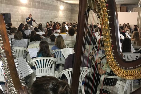 250 jeunes virtuoses âgés de 7 à 17 ans répètent le concert prévu samedi soir dans le cadre du festival Benista Etoiles symphoniques à l'Ile-Rousse.
