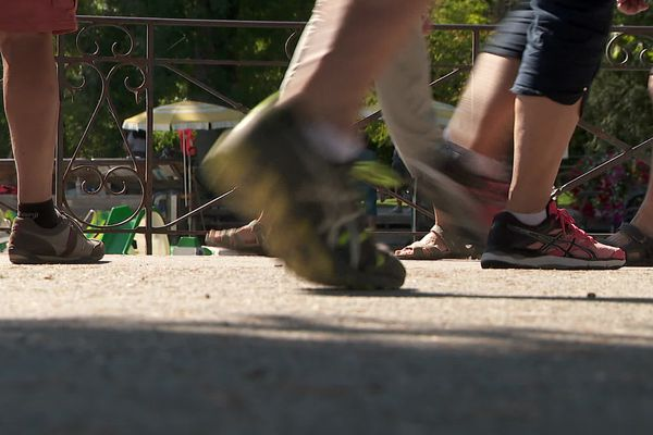 Des paires de pieds de marcheurs par dizaines longent le Thiou, ou le lac d'Annecy