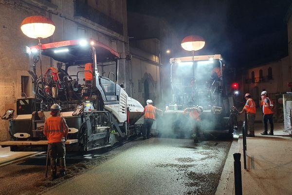 Montady (Hérault) - pose du bitume lumineux testé sur la route départementale du village - 2019.