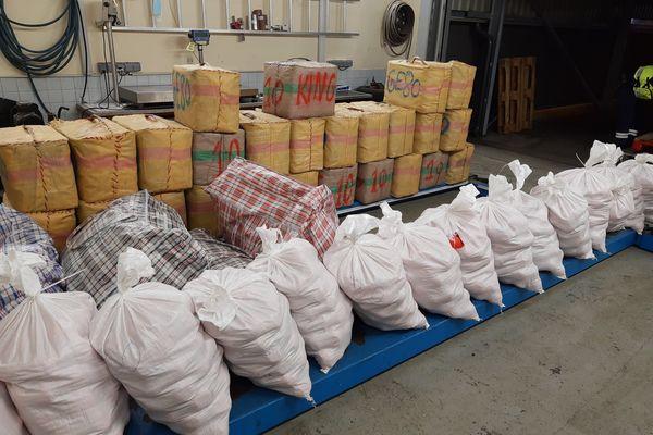 Saisie de 1,2 tonnes de cannabis par les douaniers d'Hendaye lors du contrôle d'un camion transportant des palettes de serviettes et essuie-tout. le 16 avril 2021 -