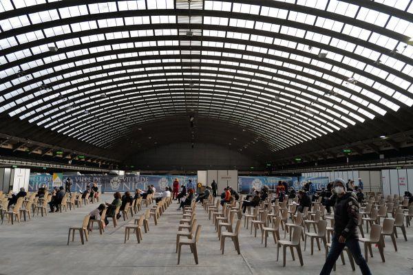 A Nice, un marathon de vaccination est engagé au Palais des Expositions. C'est le plus grand vaccinodrome de France.