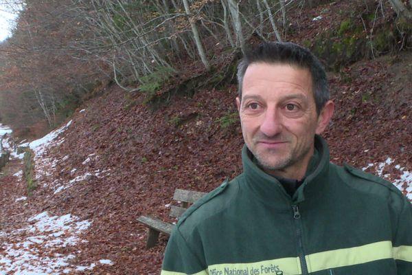 Christophe Bernard, responsable ONF à Embrun, dont la mission est d'assurer la pérennité de l'état boisé des forêts.