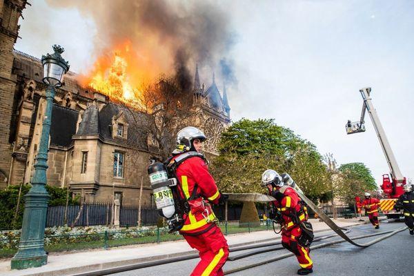 Les sapeurs-pompiers de Paris en intervention face à l'incendie de Notre-Dame, en avril.