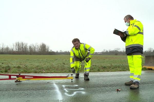 Le département surveille l'état des routes après les inondations en effectuant des carottages dans le bitume