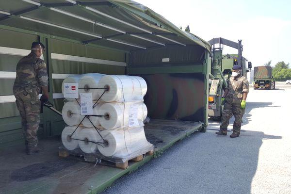 Livraison par les militaires de l'opération Résilience de 10 tonnes de plastique pour la fabrication de surblouses à destination des soignants de Normandie, à Alençon le 6 mai 2020