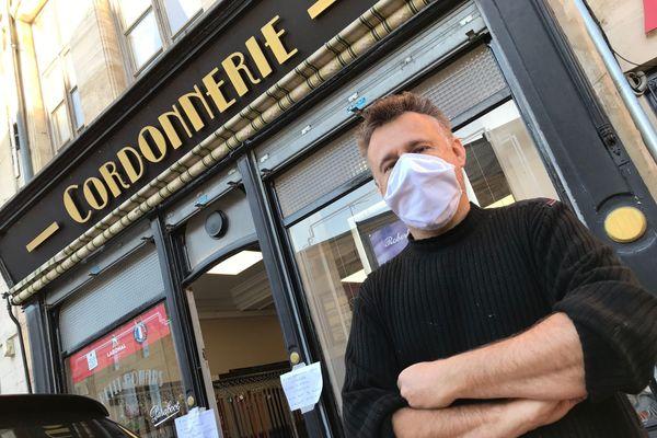 Bruno Amicone, devant son magasin ouvert.