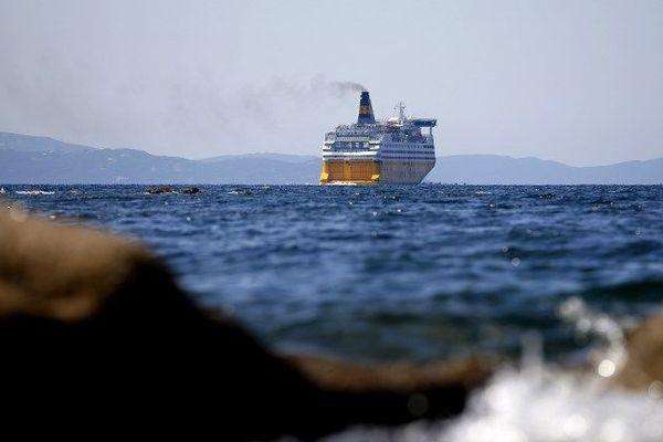 Seule la Corsica Ferries continue de transporter des passagers, munis d'une dérogation.