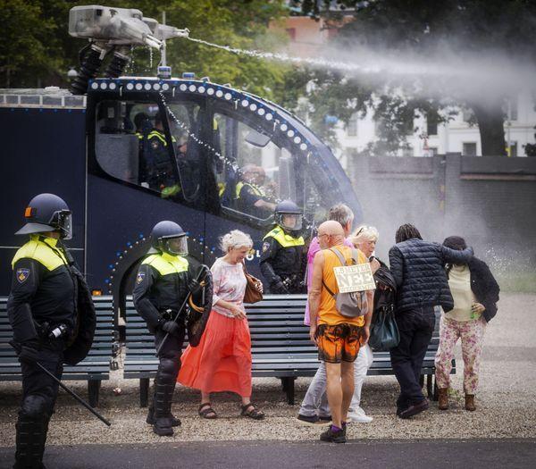 De Nederlandse politie gebruikte waterkanonnen om de overgebleven demonstranten in Den Haag uiteen te drijven.