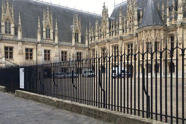 Les grilles et la cour du palais de justice de Rouen