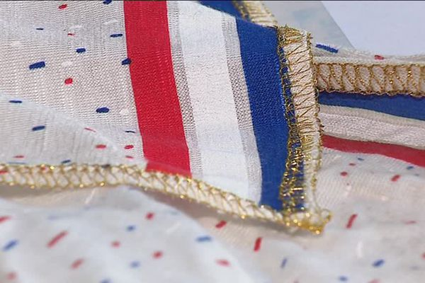 Un accessoire textile tendance aux couleurs de l'équipe de France de football ... une idée stéphanoise.