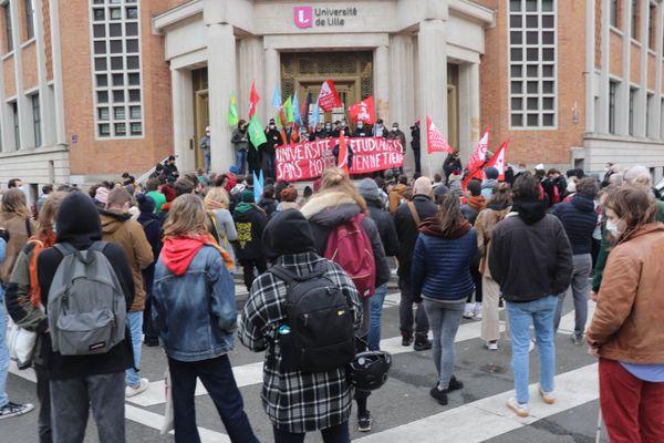 Une centaine d'étudiants manifestaient déjà, le 20 janvier 2021 devant le siége de la faculté de Lille pour dénoncer le manque d'aide du gouvernement aux étudiants en grande difficulté depuis le coronavirus.