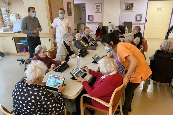 À la maison de retraite Cournot-Changey, les activités ont repris. Aujourd'hui, prise en main de la tablette.