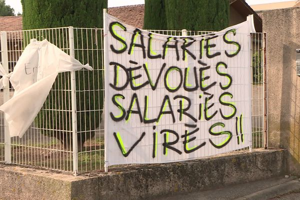 Devant le site de l'entreprise Boiron au Pontet dans le Vaucluse, les salariés ne cachent pas leur colère