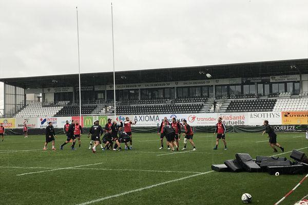 Dernier entraînement pluvieux pour les Brivistes avant d'attaquer leur troisième match de la saison, le premier disputé dans des conditions météo probablement difficiles.