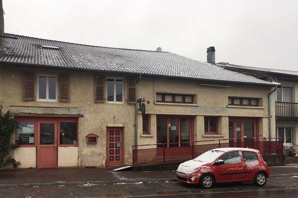 L'établissement dispose d'une surface de 350 m2 avec un bar, une grande salle de restauration pouvant accueillir une centaine de convives
