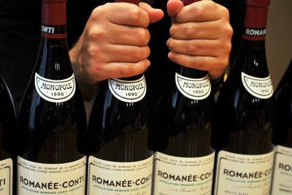 Des bouteilles de Romanée Conti présentées avant une vente aux enchères à Hong Kong le 14 septembre 2011