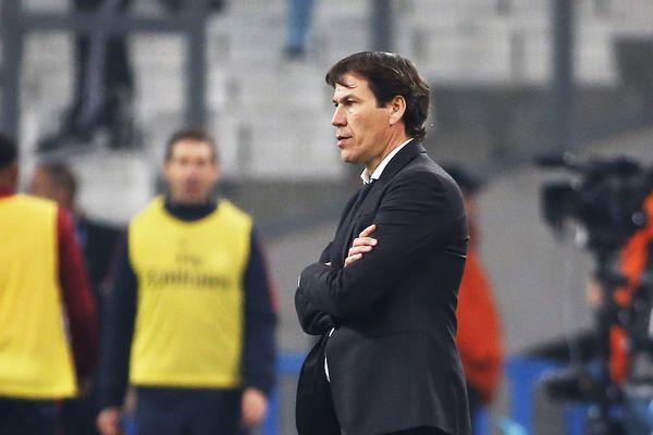 Rudi Garcia encaisse la lourde défaite de ses joueurs contre les Parisiens.