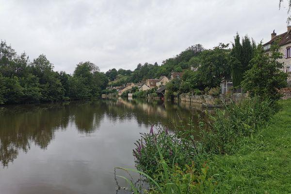 Un décor intemporel, au milieu duquel coule une rivière. Fresnay-sur-Sarthe, une petite cité de caractère à découvrir ...avant que la foule des curieux ne déferle ?