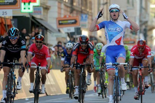 Arnaud Démare victorieux alors qu'il passe la ligne d'arrivée et remporte la 107e édition de la course Milan-San Remo le 19 mars 2016 à San Remo (Italie).