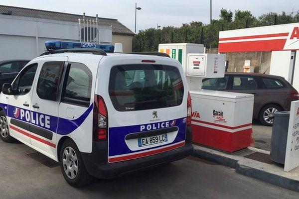 La police réquisitionne une pompe dans cette station essence de Draguignan ce mercredi.