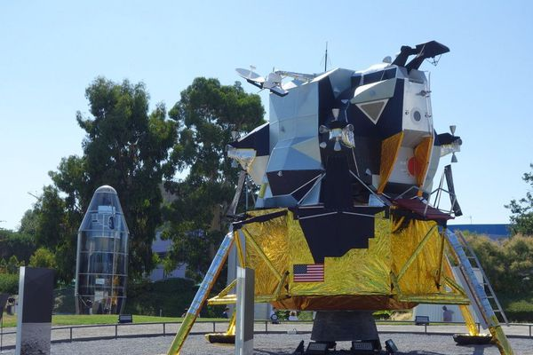 Dans les jardins de la Cité de l'Espace une réplique grandeur nature du module lunaire a été installé.