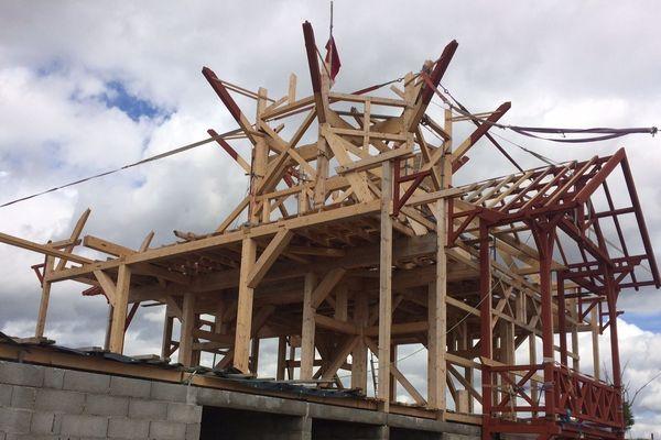 A Saint Fargeol (Allier) un charpentier s'est lancé un défi : construire un moulin à vent dont la particularité est de pouvoir scier du bois.