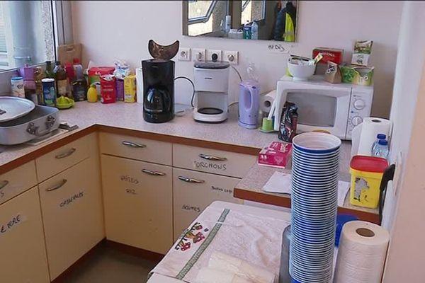 Dans la cuisine de la Maison du Peuple de Saint-Nazaire, la cafetière tourne en permanence