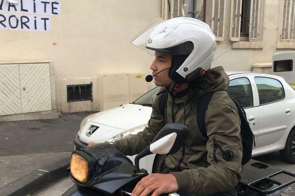 Marseille : dès qu'il finit les cours, Houssem enfourche son scooter 30h par semaine pour livrer des commandes.