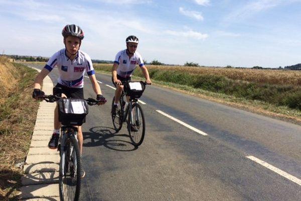 Martin et Damien Migniau. Père et fils parcourent 700 km à vélo en 7 jours pour l'association Ela