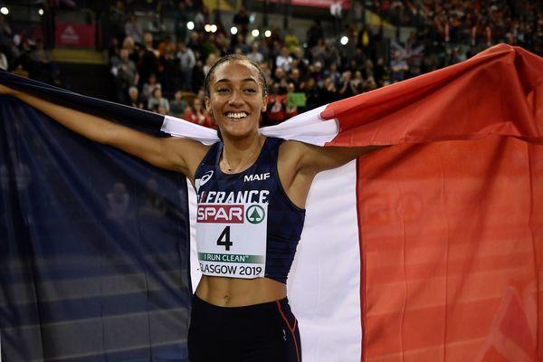 Solène Ndama célèbre sa médaille de bronze au pentathlon, lors des championnats d'Europe en salle, le 1er mars 2019.