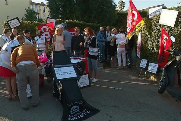 Les agents des impôts mobilisés à Saint-Tropez devant leur centre voué à la fermeture en 2022.