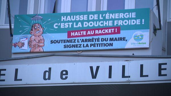Une banderole invitant les habitants d'Avion à signer la pétition soutenant l'arrêté municipal pris par le maire interdisant les coupures d'électricité.