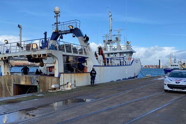 Le bateau de pêche néerlandais à bord duquel ont été repêchés les corps d'un homme et d'un chien dans le port du Havre