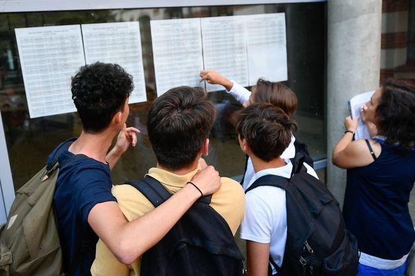 Les résultats du bac au lycée Guist'hau à Nantes, le 5 juillet 2017.