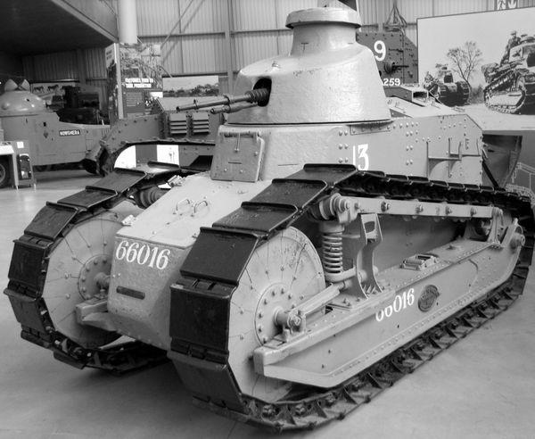 Le FT17 est un char de la première guerre mondiale. Remanié, il fut encore utilisé en 1940 mais ne faisait pas le poids face aux chars allemands.