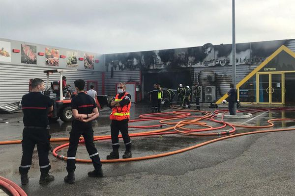 Au total 50 sapeurs pompiers sont mobilisés pour maîtriser cet incendie.