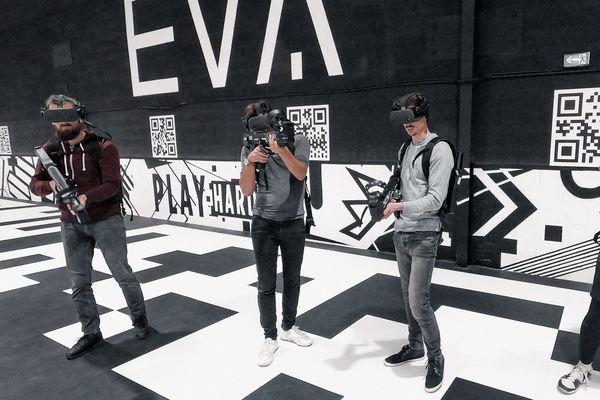 Des joueurs vêtus de casques et de lunettes de réalité virtuelle en train de jouer dans une arène dans l'espace e-sport d'EVA, à Beauchamp, dans le Val-d'Oise.