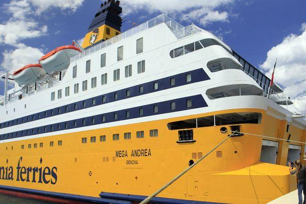 Les ferrys et les paquebots de croisières sont concernés par l'électrification pendant leur escale dans les ports de la Méditerranée, ici le le Méga Andréa.