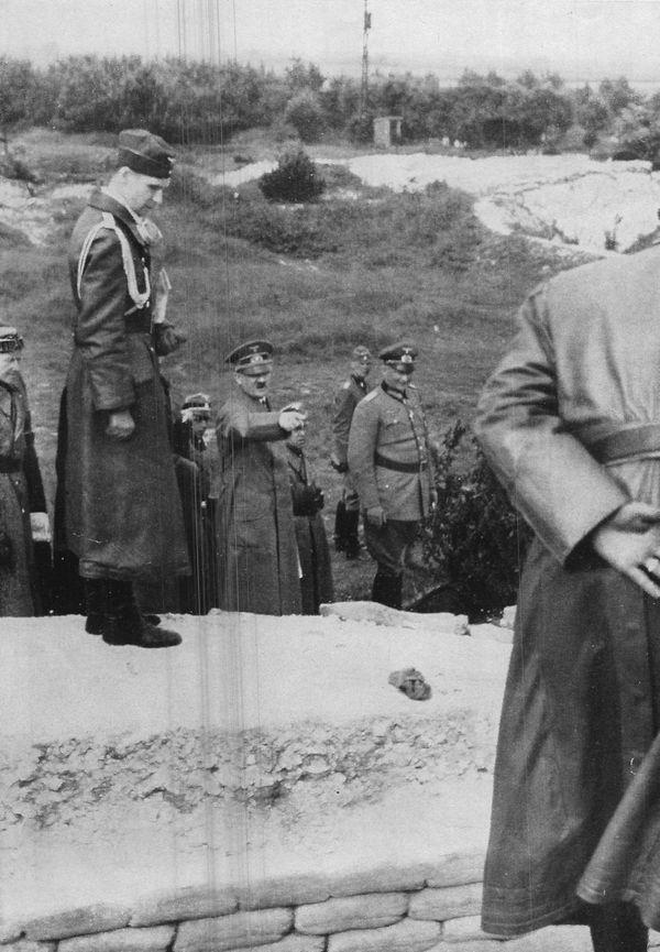 Hitler visitant l'ancien champ de bataille de la crête de Vimy (1917) le 2 juin 1940.