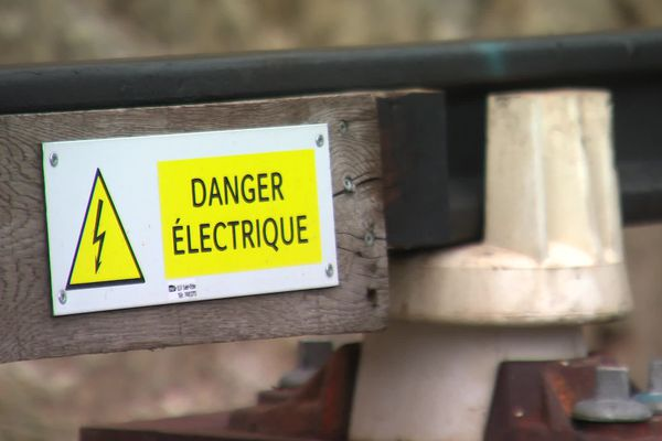 Panneau d'avertissement sur les rails du Train Jaune, le 2 mars 2021 (image d'illustration).