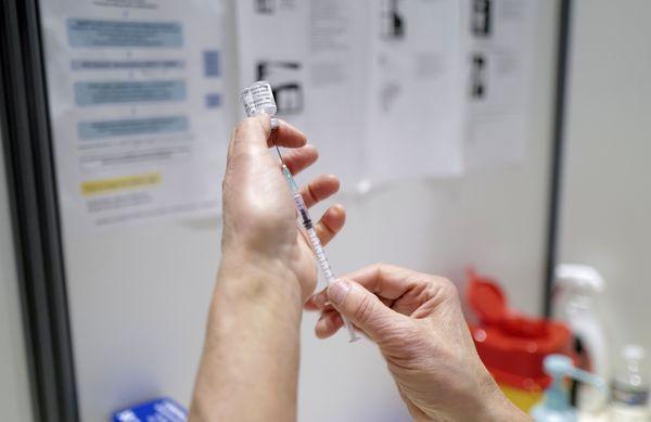 """""""Nous n'avons presque plus de patients des EHPAD hospitalisés pour Covid, ce qui témoigne indirectement de l'efficacité de la vaccination"""", note le professeur Rieu."""