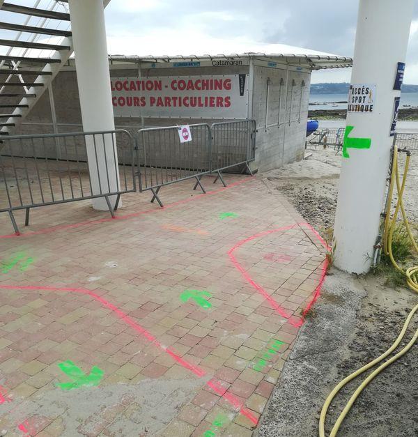 Matérialisation au sol des sens de circulation au centre nautique de Plougonvelin