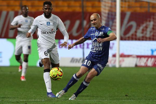 A 42 ans, le n°10 troyen est le plus ancien footballeur professionnel évoluant en France.