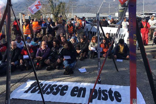 Des militants d'Attac, d'Extinction Rebellion et des Amis de la Terre bloquant l'aéroport de Chambéry le samedi 15 février 2020.