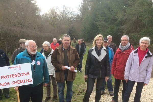 Polémique : les membres de l'association des Amis de Sologne protestent contre les propriétaires qui s'accaparent des chemins communaux pour agrandir leur terrain de chasse.