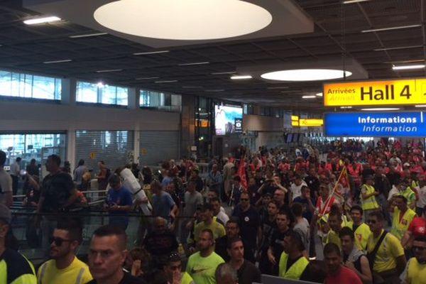 Des salariés d'Air France manifestent dans un hall de l'aéroport Marseille-Provence.