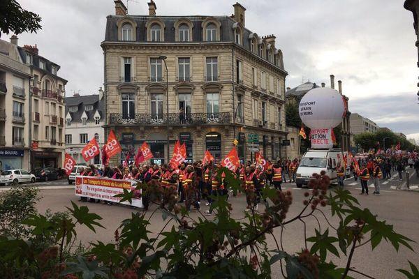 Les fonctionnaires en grève défilent dans Reims, le mardi 5 octobre 2021.