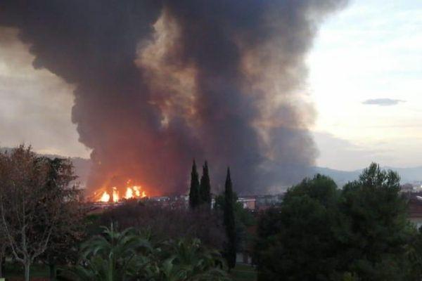Plusieurs milliers d'habitants confinés chez eux après l'incendie d'une usine de produits chimiques au nord de Barcelone - 11 décembre 2019